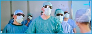 Fotografia 1 Dr. Pablo Mateo junto a los Dres. Antonio Alcaraz, Director del Departamento  de Urología y  María José Rival, Jefa de