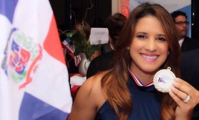 Nathalie Hazim muestra su medalla de honor de la Gran Parada Dominicana de New York 2015 (3)