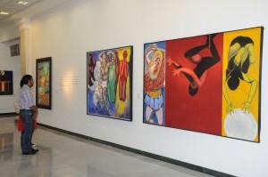 Invitados a la muestra mientras observan las obras del maestro Peña Defiló