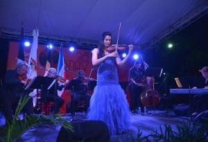La violinista Aisha Syed durante la Noche de música clásica en la 28 Bienal Nacional de Artes Visuales 2015.