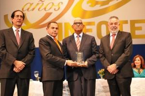 7. Rafael Ovalles, Gustavo Montalvo y Campos De Moya entregan reconocimiento a Carlos Aquino2