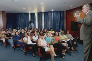 El doctor Nelson Figueroa, coordinador de Mujeres Saludables,mientra diserta ante las Cronistas Sociales