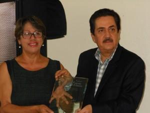 Taty Hernández entrega reconocimiento al poeta Tony Raful. 1