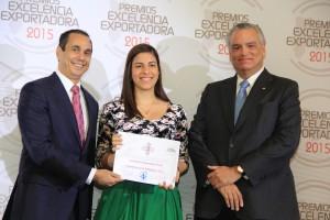 Foto 2 - Anita Blanco, de Laboratorio JM Rodríguez, recibe certificado de Sadala Khoury y Luis Espinola.