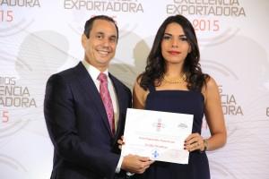 Foto 3 - Sadala Khoury entrega una nominación a Diana Cerón, de Metaldom.