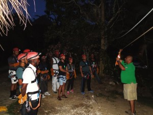 Grupo de aventureros recibe  orientaciones del guía certificado de Runners Adventures