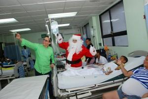 Aguiló y Dr. Santa distribuyendo regalos