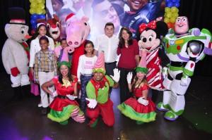 Alejandro Asmar junto a los niños disfrutando de una tarde divertida