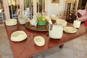 Cestas, macutos y sombreros elaborados por las integrantes del programa Tejiendo Futuro 2