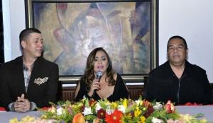 De izquierda a derecha, Rafael Perez., Procudtor y coreografo_ Jackeline Estévez y Armando Olivero, Director Musical.