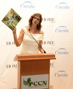 Foto 3 - Candy Lara en la presentación de su libro.
