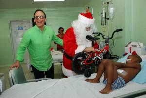 Luis Manuel y Dr, Santa entregan un velocípedo
