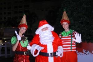 Santa Claus y los duendes de la villa navideña compartieron con los asistentes.