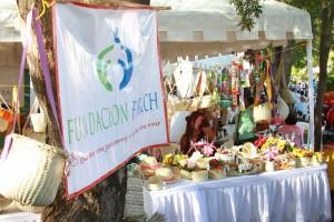Stand con macutos y canastas elaborados por las jóvenes que pertenecen al programa Tejiendo Futuro de la fundación Farach 1