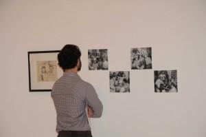 Un asistente observa las obras de José Gausachs.