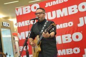 9.- Pavel presentando su nuevo tema Me Desarmo en vivo para el público asistente a Jumbo Agora