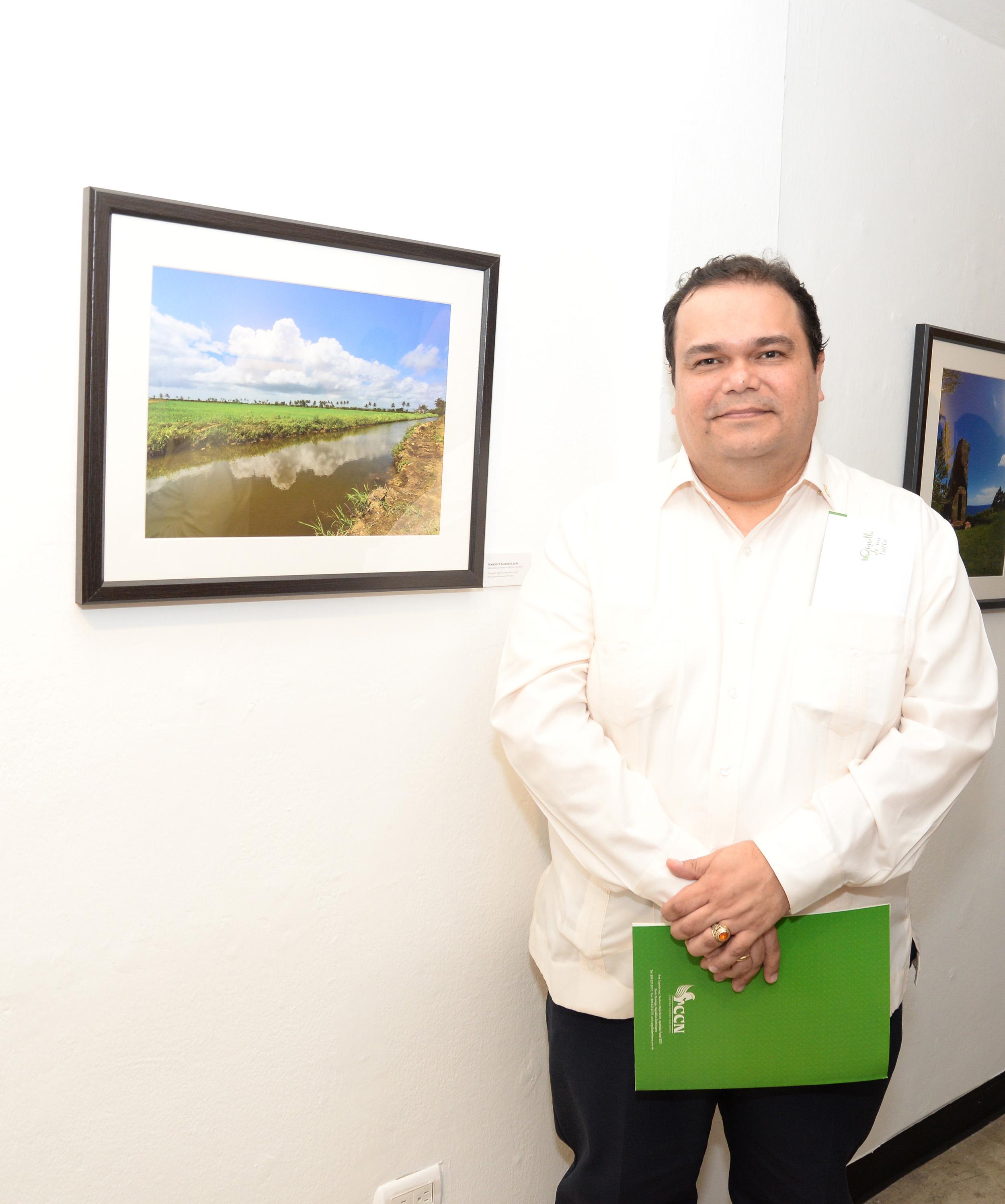 Foto 1B - Francisco Salguero junto a su foto ganadora del 1er. lugar.