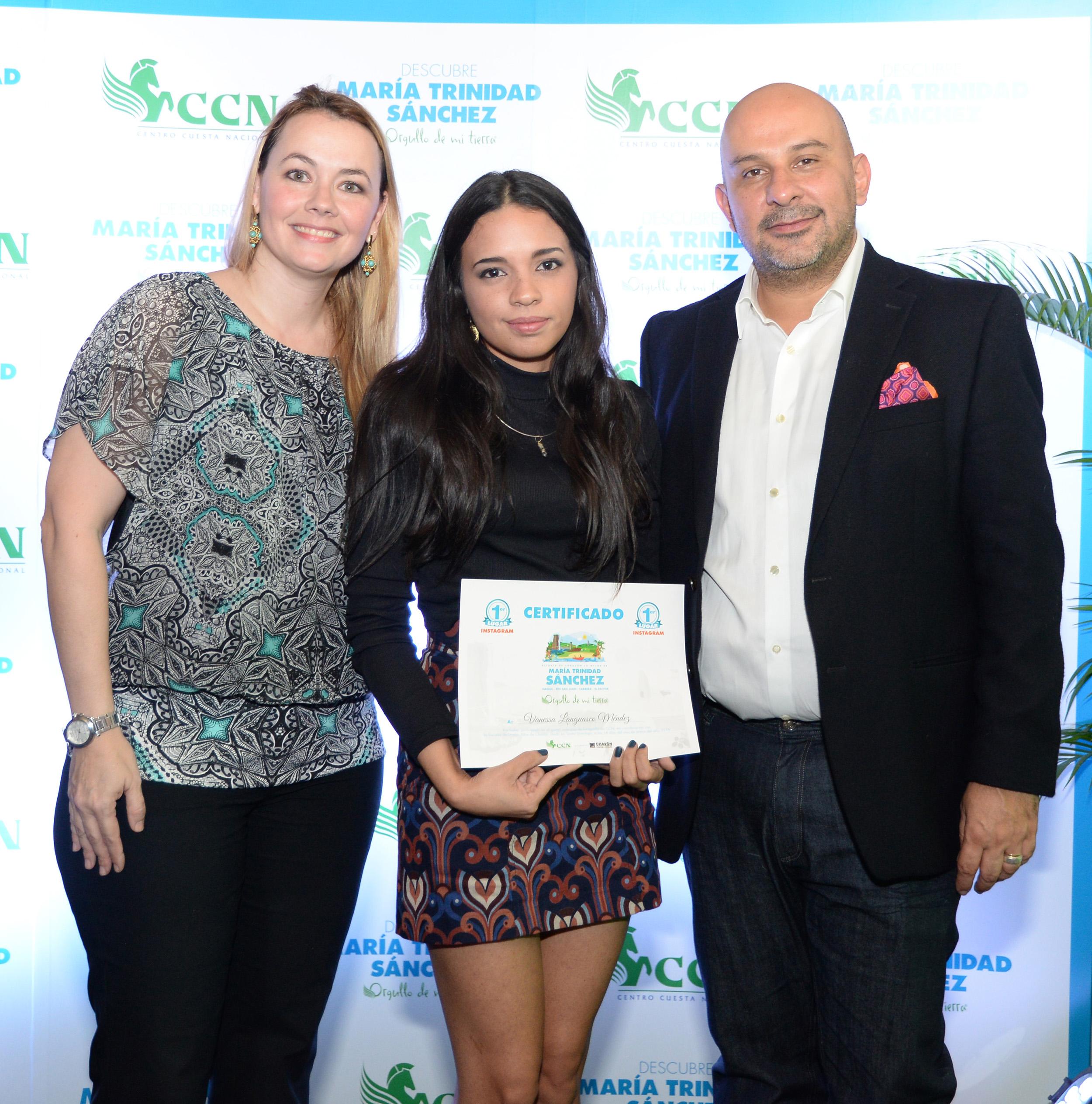 Foto 2 - Roxana Soto y Adolfo Lucero entregan premian a Vanessa Languasco.