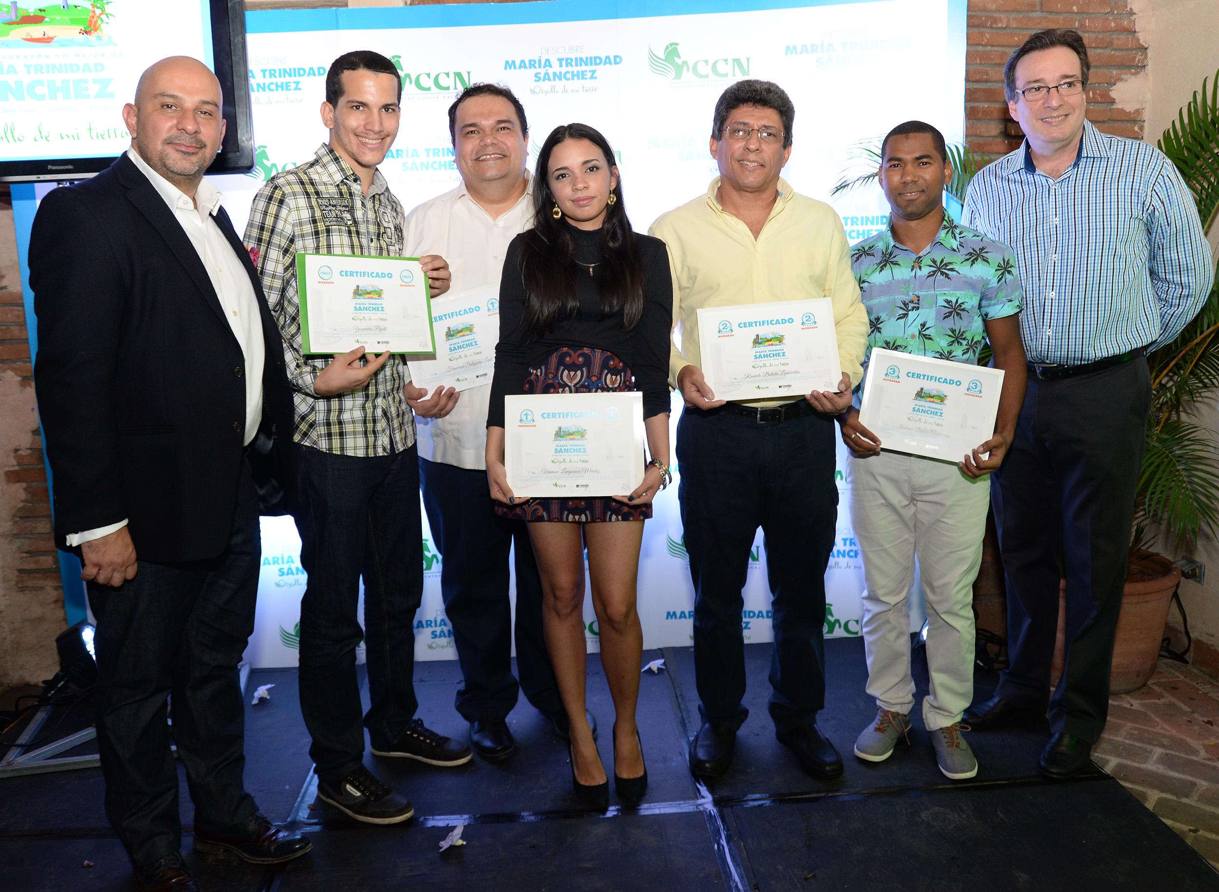 Foto 3 - Jurados y ganadores del concurso.