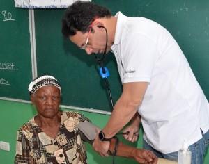 01.- Dr Pero Ureña atendiendo a una paciente