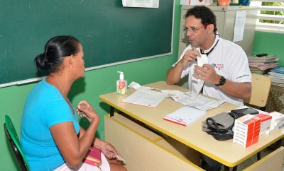 2.-Dr Pedro Ureña en consulta con paciente