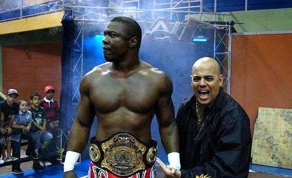 Foto Anthony Piñeiro El Hacedor de Campeones José Chaparro Derecha, manejando al ex Campeón Universal de WWC Puerto Rico y ex WWE, Sh