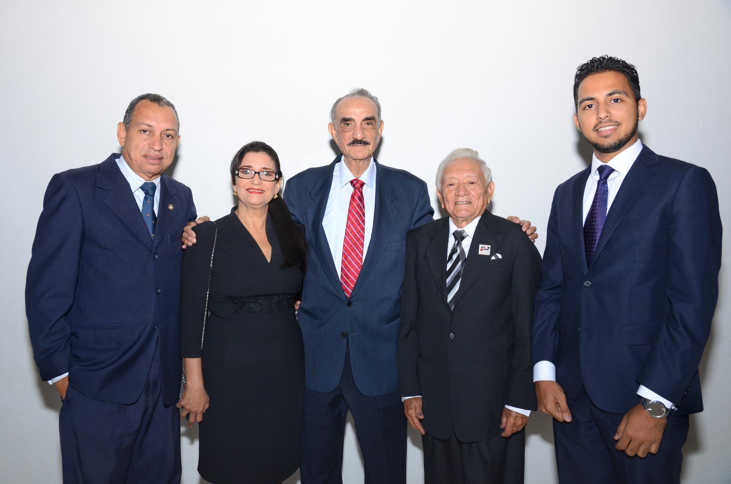 José Rafael Abiander junto alos poetas