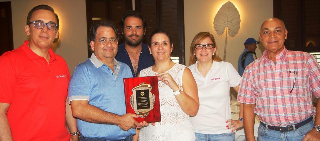 La familia Feris Iglesia, Chala y Guerrero, muestra la placa del homenajeado.
