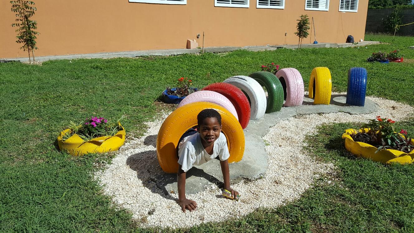 Construyen parque infantil con llantas recicladas ...