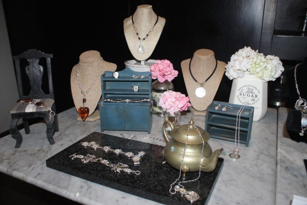 Algunas piezas de la colección Atados exhibidas en la actividad.