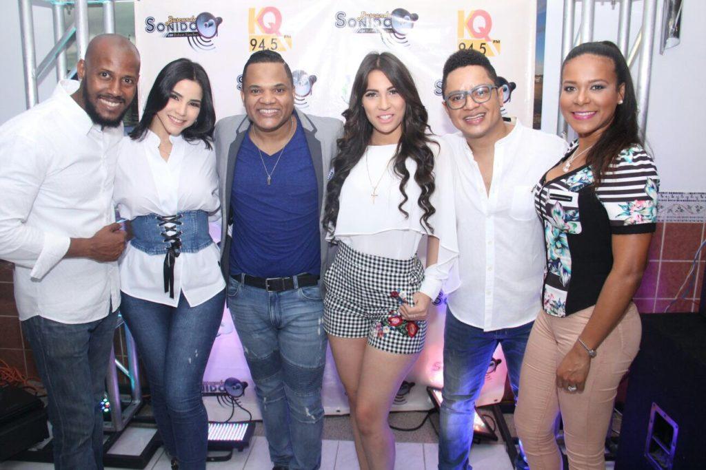 Alex Matos y Colombia Alcántara con el equipo de Buscando Sonido