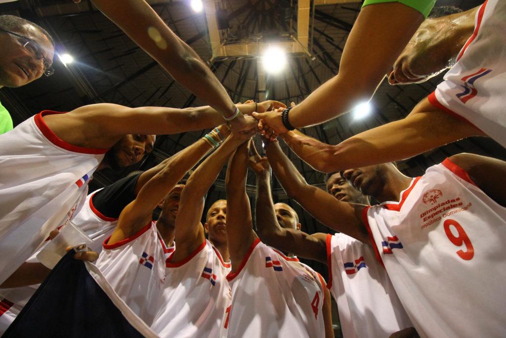 Equipo de baloncesto durante su juego por la Plata contra Puerto Rico
