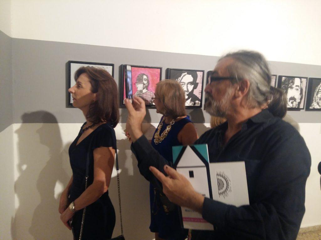 Marcelo Ferder junto a sus invitados en una de las obras interactivas que conforman la muestra en el Museo de Arte Moderno.