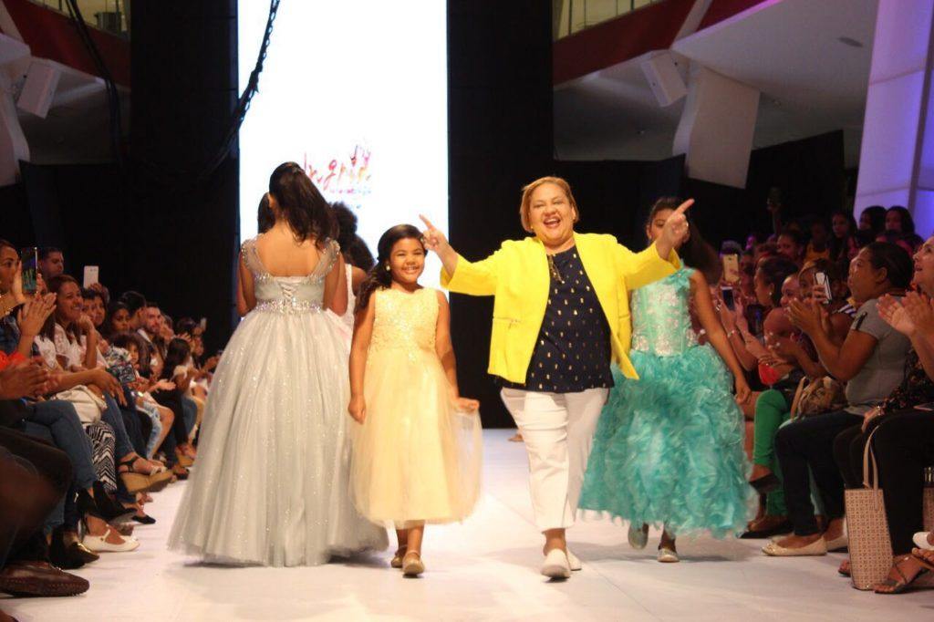 La Diseñadora Ingrid Tejeda junto a las modelos.