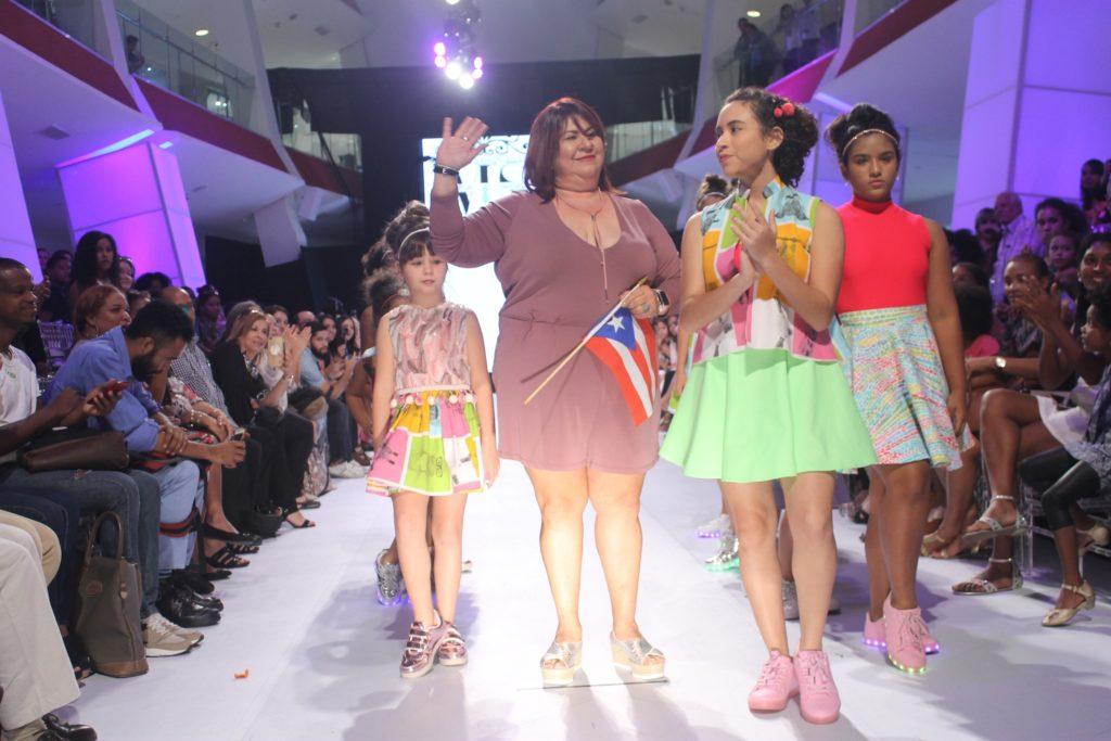 La diseñadora Puertorriqueña Marissa Santiago junto a sus modelos.