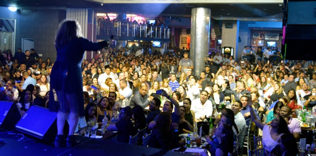 Laura Rivera ante los presentes al concierto