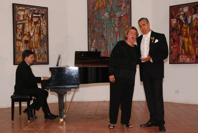 Ondina Matos y Pedro Pablo Reyes deleitan al publico con su voz.