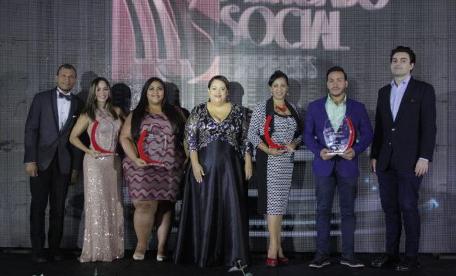 Manuela Lora, al centro, junto a parte de los galardonados en la Premiacio_n Empresarial de MercadoSocial