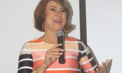 Doris Ponciano se dirige al público presente.