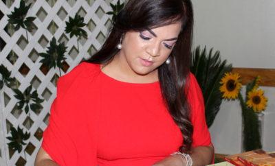 Milena Duran autografiando su libro a los lectores