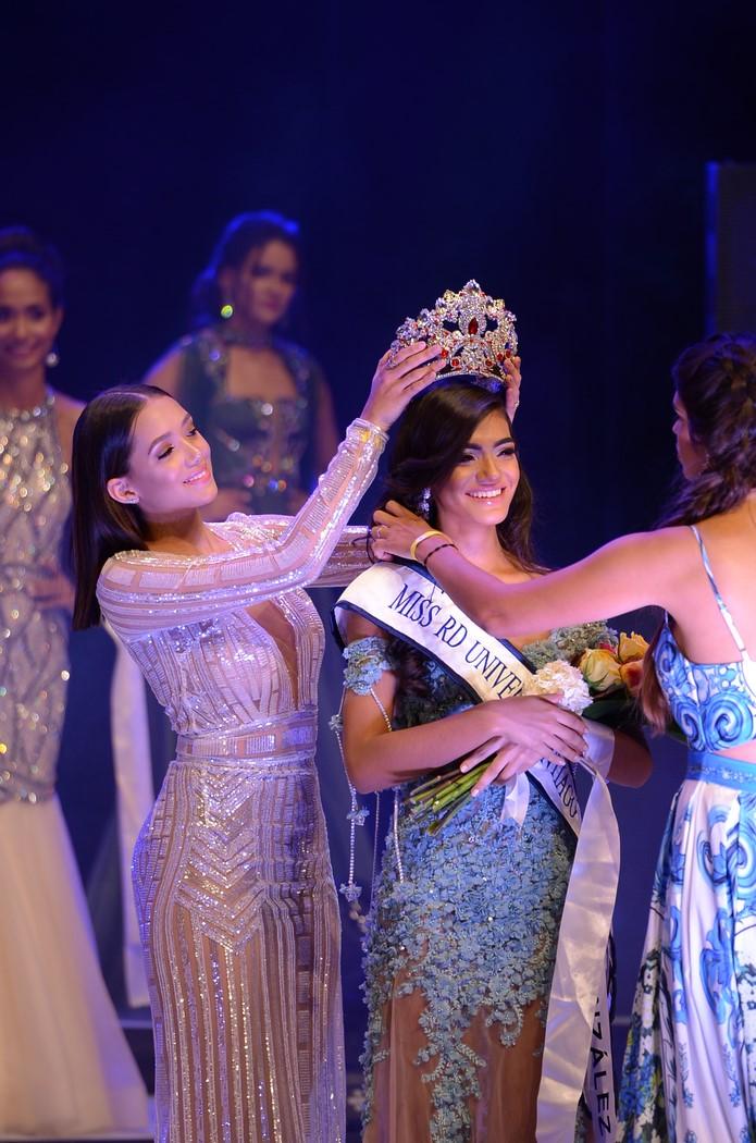 2 Momentos de la coronación de Yadira González.