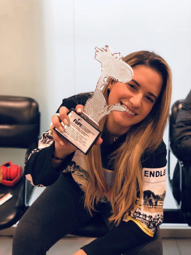Nathalie Hazim, propietaria de Room Grupo Creativo, muestra el premio