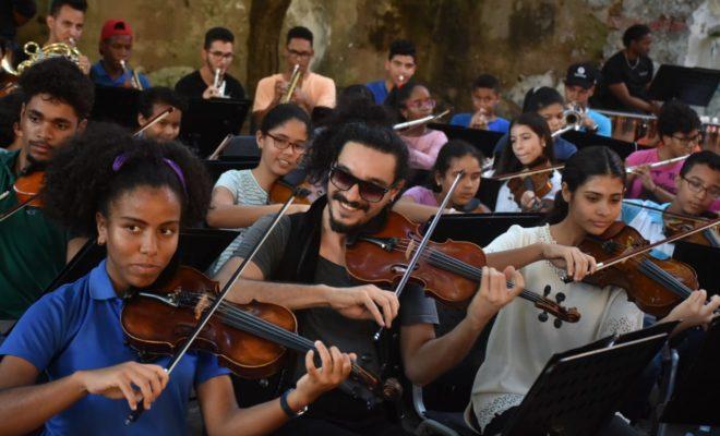 Violinista Nemanja Radulovic con gafas de sol, ensaya junto a los niños de la Fundación Fiesta Clásica