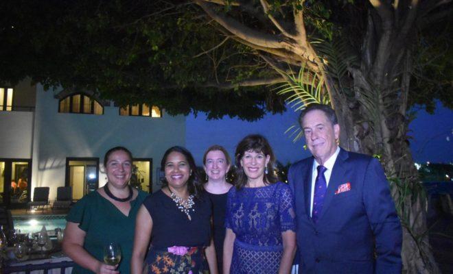 La Embajadora de Estados Unidos Robin Breinstein junto a su esposo y amistades