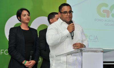 David Benítez, Coordinador del Comité de Jóvenes, ofrece las palabras de apertura en el III Foro Go JAD, le acompañan Zaura Muñiz y Manuel Peralta integrantes del Comité.